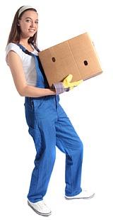 Seitenbild Frau traegt ein Karton