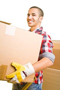 Seitenbild Mann traegt ein Karton
